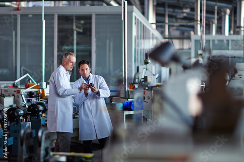 Foto Scientists working in laboratory