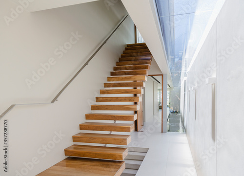 Canvas-taulu Floating staircase and corridor in modern house
