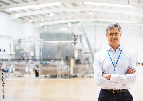 Photo Businessman smiling in factory