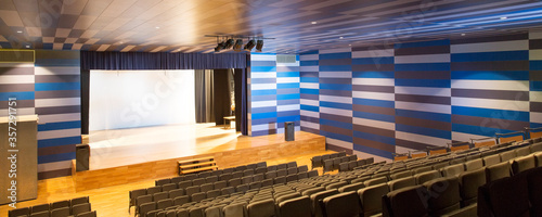 Αφίσα Seats and stage in empty auditorium