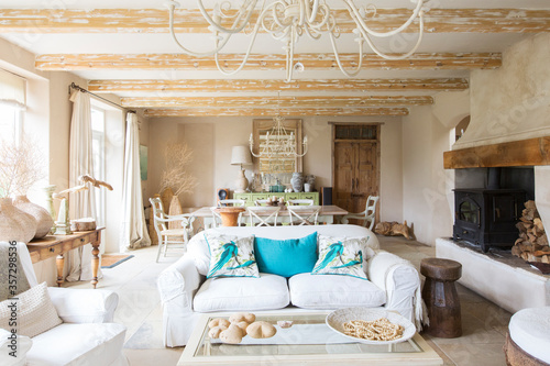 Foto Living and dining area in rustic house