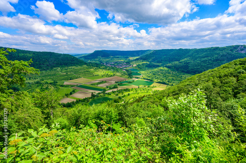 Foto Viewpoint on mountain Moerikefels with a great view to Landscape of Swabian Alb,