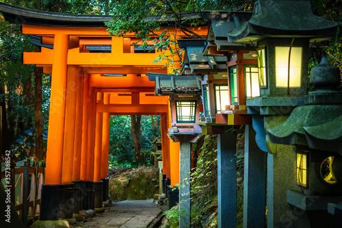 Fototapeta premium Japonia. Kompleks świątynny na górze Inariyama. Kioto. Świątynia Fushimi Inari. Świątynia Fushimi Inari Taisha. Świątynia tysiąca bram. Shinto. Mitologia Japonii. Najbardziej rozpoznawalny punkt orientacyjny Japonii