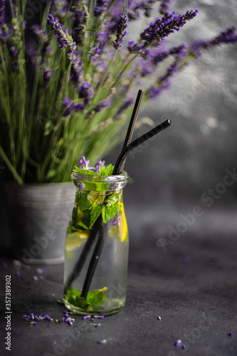 Photo Summer detox lemonade with lavender, lemon and mint