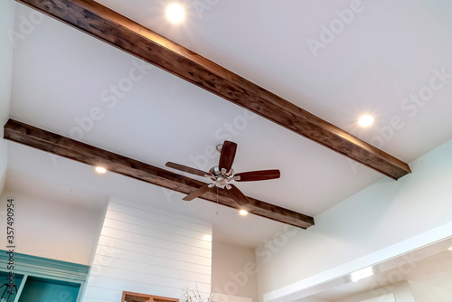 Fotografie, Tablou Wood beams and recessed bulbs with ceiling fan and lights at the center