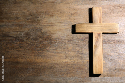 Christian cross on wooden background, top view with space for text Fototapet