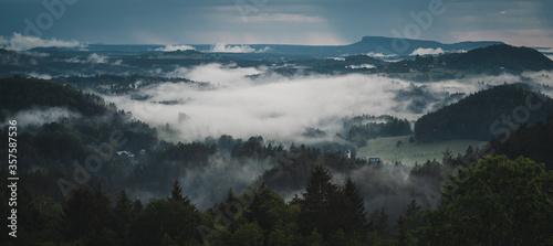 Obraz Blick auf In Nebel gehüllte ländliche Landschaft mit Dörfern  und Wäldern - fototapety do salonu