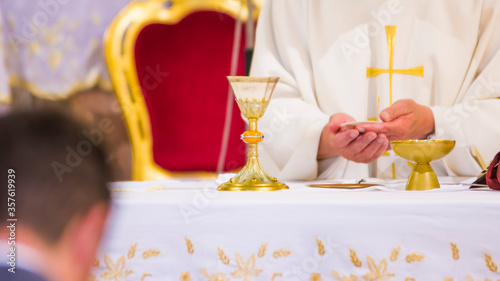 Fényképezés hands of Pope Francis with host and chalice with wine in the churches of the wor