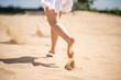 Biegająca dziewczyna na plaży