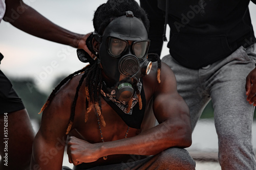 Fotografia Portrait of man in gas mask at protest