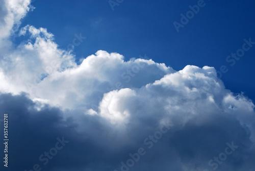 Foto chmury na tle błękitnego nieba