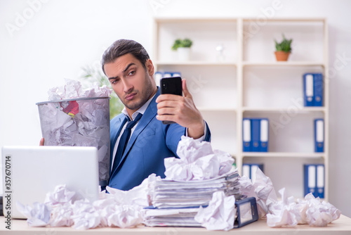 Photo Businessman rejecting new ideas with lots of papers