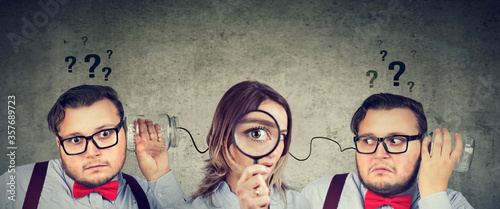 Fototapeta Funny looking man and woman having troubled communication trying to read each other mind obraz