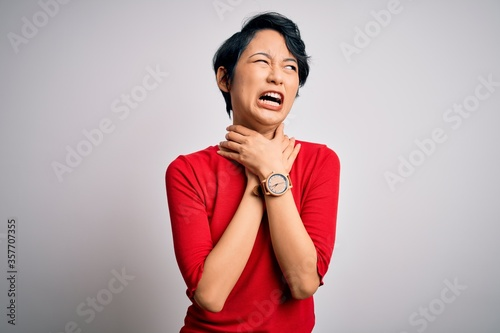Photo Young beautiful asian girl wearing casual red t-shirt standing over isolated white background shouting suffocate because painful strangle