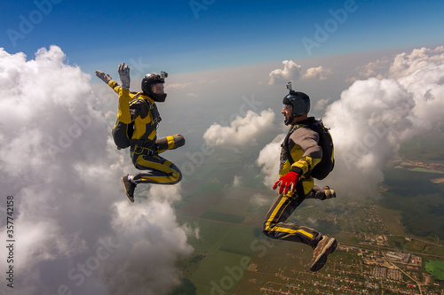 Photo Two sports parachutist build a figure in free fall