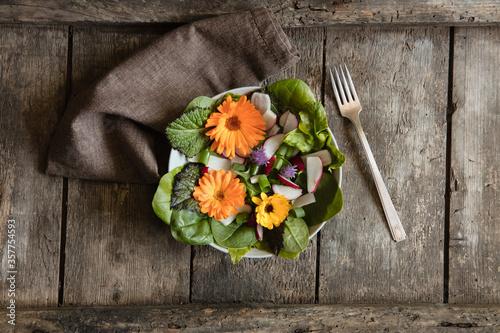 Grüner Salat mit essbaren Blüten #357754593
