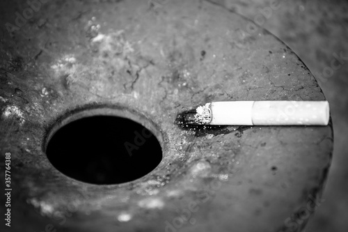 Photo Closeup grayscale shot of a cigarette in an ashtray