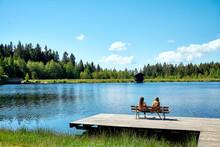 Zwei Frauen Am See Genießen Den Sommer Auf Dem Steg