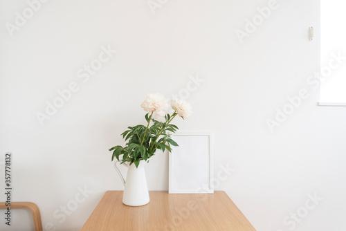 Obraz シンプルなフレームとピオニー - fototapety do salonu