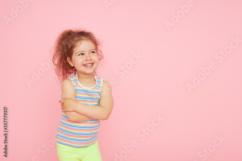 Fotografía Portrait of cute little child girl with a snow-white smile and healthy teeth over pink background