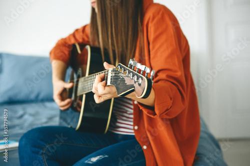 Fotografia, Obraz The guitarist plays the guitar