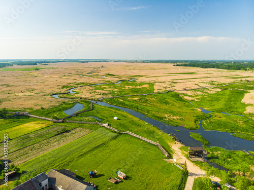 Fototapeta Narew Podlasie Podlaskie Narwiański Park Narodowy  Rzeka woda trzcina łąka pole wieś widok z drona obraz