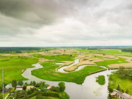Fototapeta Biebrza Podlasie Biebrzański Park Narodowy Rzeka trzcina wieś bagno pole łąka widok z drona obraz