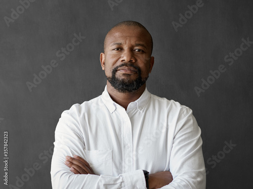 Obraz Confident African American businessman standing in front of a chalkboard - fototapety do salonu