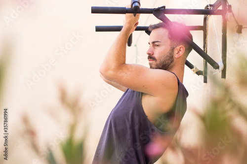 Photo Chico joven atlético entrenando en casa
