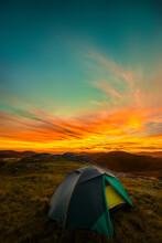 Barraca De Camping Sobre As Mo...
