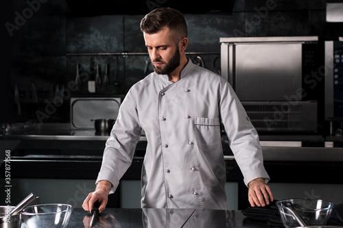 Photo Male chef at restaurant kitchen