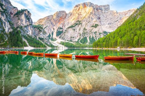 Obraz Pragser Wildsee in Italien Dolomiten, Steg mit Boot, Berg, See, Alpen, Tirol, Südtirol, Landschaft / Lago di Braies lake in Italy Dolomites Jetty with boats, Mountains, Alps, tyrol Landscape - fototapety do salonu
