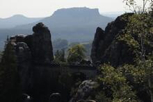 Die Basteibrücke In Der Sächsischen Schweiz Mit Dem Lilienstein Im Hintergrund