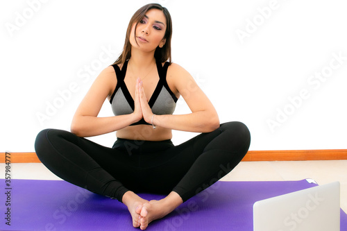 Mujer joven meditando con ropa deportiva Canvas Print