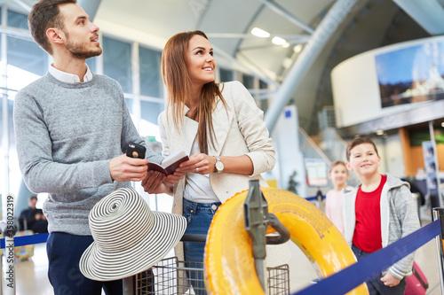 Familie und zwei Kinder warten auf Anschlussflug Canvas Print