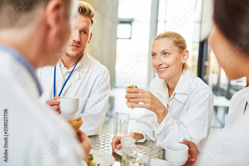 Photo Gruppe Ärzte in der Krankenhaus Cafeteria