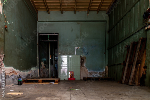 Cuadros en Lienzo Bangkok, Thailand - Jan 19, 2020 : Old cement wall of Deteriorated abandoned old house, Destroyed house, Ruined house