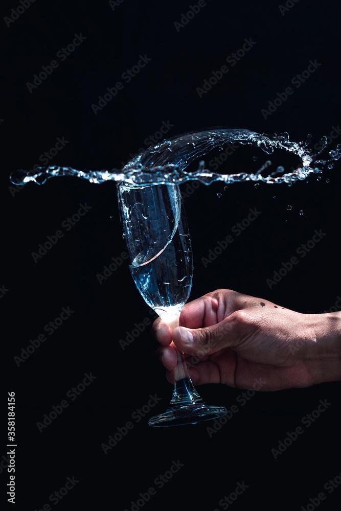 Fototapeta Vaso de vidrio con agua en movimiento