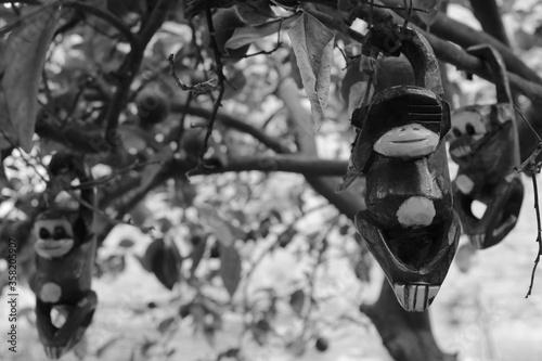 Figuras de monos traviesos colgados en las ramas de un árbol Canvas-taulu
