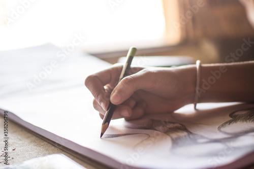 Manos dibujando, mujer realizando un boceto, artista. Canvas Print
