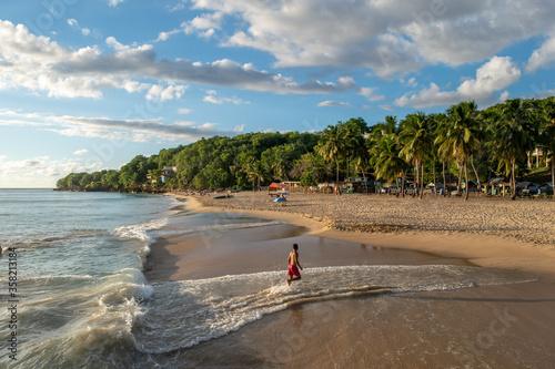 Foto Dreamy sunset at Crash Boat Beach in Aguadilla, Puerto Rico.