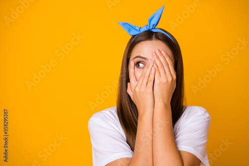 Foto Close up photo of scared frustrated girl hide palms face look copyspace feel fea