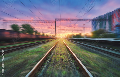 Fotografía Railroad and beautiful sky with clouds at sunset with motion blur effect in summer
