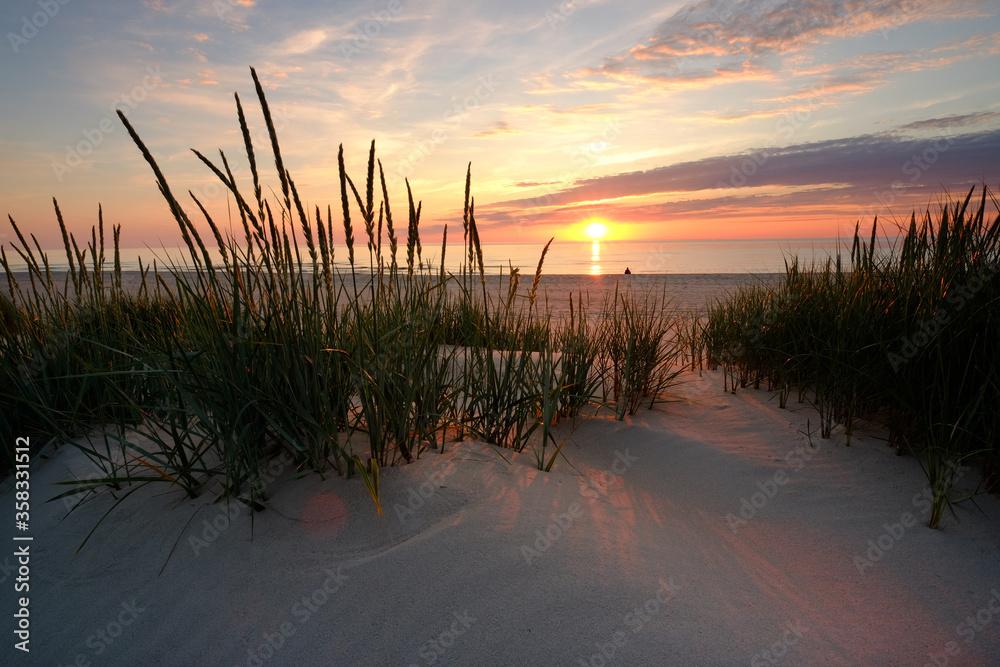 Fototapeta Morze Bałtyckie,zachód słońca na plaży w Kołobrzegu.