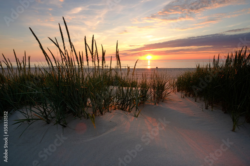 Fototapeta Morze Bałtyckie,zachód słońca na plaży w Kołobrzegu. obraz