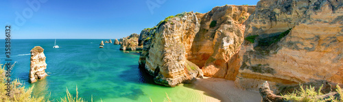 Photo Panoramic view of a beautiful beach with cliffs, Algarve Portugal