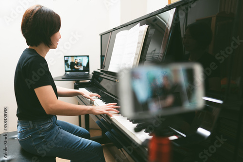 Fotomural Online class learning Piano lessons.