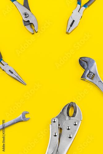 Photo Herramientas de trabajo en un fondo color amarillo