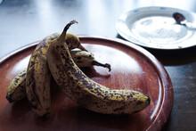 熟れたバナナとパンく...