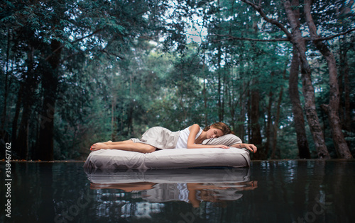 Photo Sleeping woman in deep forest lies on airbed